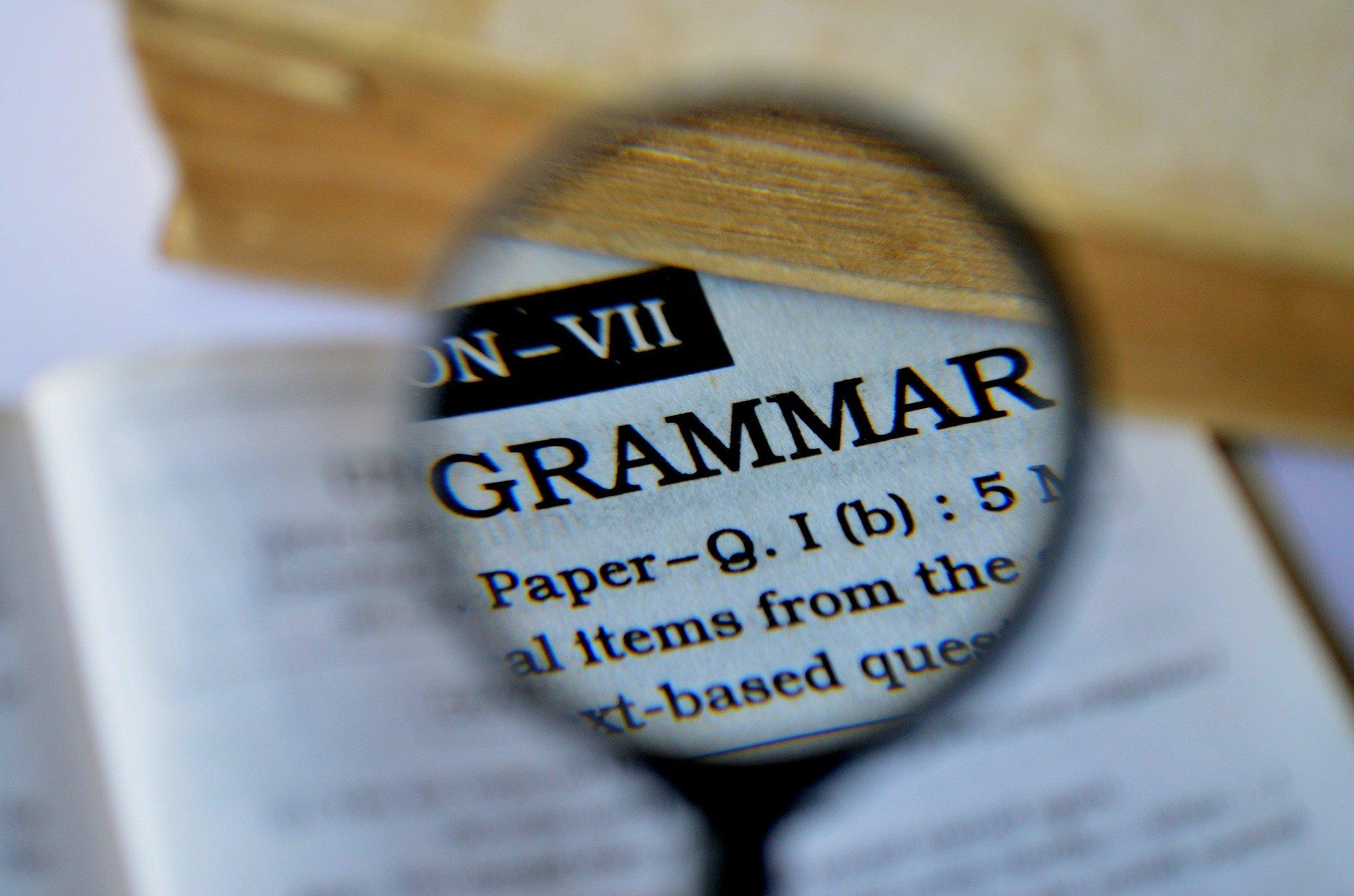 livro de gramatica inglesa com uma lupa de aumento