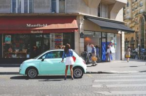 mulher entrar no seu carro azul para mostrar sua beleza