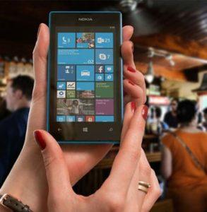 mulher mostra celular para ensinar as diferenças entre Don't Have ou Haven't? Qual devo usar?