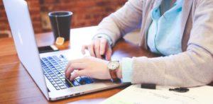 mulher usando o computador para estudar o verbo have