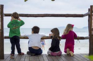 Crianças representam os primos da Família Em Inglês