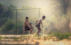 meninos jogam bola para explicar O Passado Em Inglês