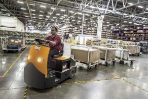 homem trabalha em fabrica trabalhando por O Passado Em Inglês