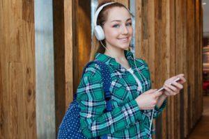 garota mostrando celular Google Tradutor Para Aprender Inglês