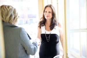 mulher chegando para Entrevista De Emprego Em Inglês